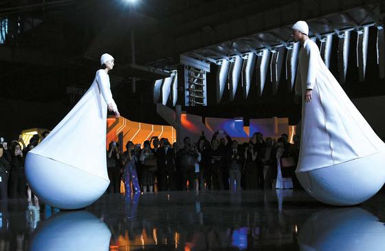 '지구의 중력' 세션에서는 끊임없이 움직이는 인간 오뚝이들이 우주 공간을 탐험했다. 안무가 요안 부르주아의 공연작이다. 행사에서는 2018 봄·여름 남성복 런웨이를 재현했다.
