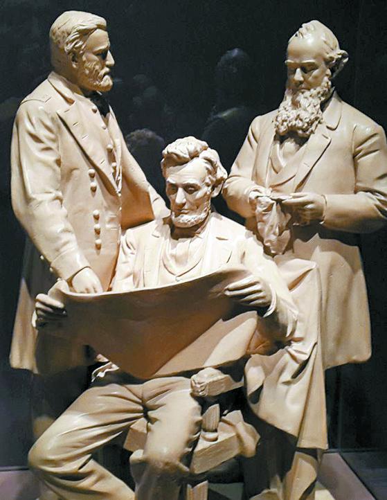 '전쟁 회의(Council of War)'- 조각상(62x48㎝) 제목이다. 링컨 대통령이 그랜트 사령관(왼쪽), 스탠턴 전쟁장관과 함께 전투 계획서를 검토하고 있다. 1868년 존 로거스 작품이다.