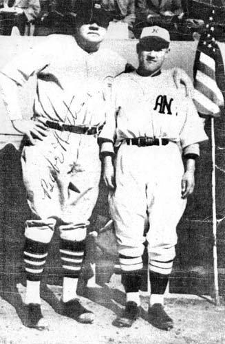 1934년 미·일 올스타 전에 출전한 '전설의 홈런왕' 베이브 루스(왼쪽)와 이영민. [사진 한국야구위원회]