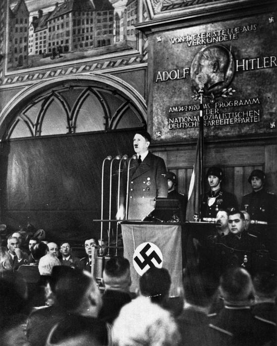 1940년 2월 24일 독일 뮌헨의 유서 깊은 맥줏집 호프브로이하우스에서 연설하는 히틀러의 모습. 히틀러는 맥줏집에서 맥주를 마시며 맥주를 마시는 대중을 설득했다. 히틀러는 1920년 이 맥줏집에서 나치당 창당을 선언했다. [AP=연합뉴스]