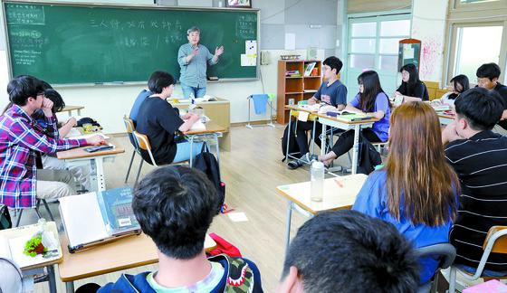 장동식 교사의 '논어 강독' 시간. 학생들이 토론 할 수 있도록 자리가 배치돼 있다. [김경빈 기자]