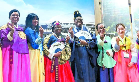 아프리카개발은행 총회 참가자들 한복 체험