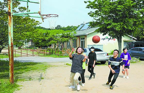 지혜학교 운동장에서 체육시간. 폐교 초등학교 가 대안학교로 변신했다. [김경빈 기자]