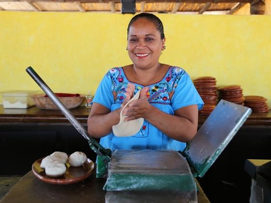 멕시코 사람들이 쌀밥처럼 즐기는 주식은 옥수수 빈대떡 토르티야다. 반죽을 호떡처럼 얇게 편 뒤 화덕에 굽는다.