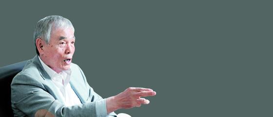 이회택 전 대한축구협회 부회장이 서울 효창운동장에서 인터뷰를 하고 있다. 그는 목표를 정한 뒤 물러섬이 없는 도전정신으로 최고 골잡이 반열에 올랐다. 또한 북한 축구 영웅 박두익씨의 도움으로 1990년 평양에서 부친과 상봉하기도 했다. [우상조 기자]