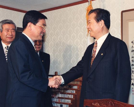이원종 정무수석(왼쪽)이 1996년 9월 18일 김대중 국민회의 총재를 예방해 다음날로 예정된 여야 영수회담 일정을 전달했다. [중앙포토]