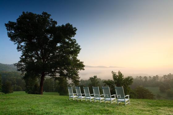 '블랙베리 팜' 리조트가 위치한 그레이트 스모키 산맥 국립공원은 아침마다 거대한 안개가 올라온다. 농장에 안개를 감상할 수 있는 의자가 놓여 있다. [사진 beall + thomas photography]