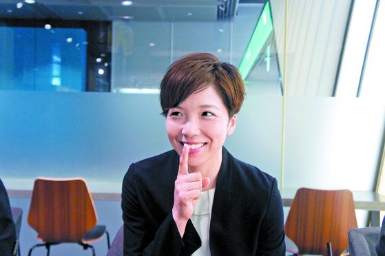 고다이라 나오가 8일 도쿄국제포럼에서 중앙 SUNDAY와 인터뷰를 하면서 평창올림픽 당시 이상화의 레이스를 방해하지 않기 위해 일본 팬들을 진정시킨 '쉿' 동작을 재현해 보이고 있다. [정영재 기자]