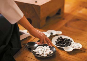 일본 미야마의 사보네 그릇에 바둑돌을 담은 이미지 컷
