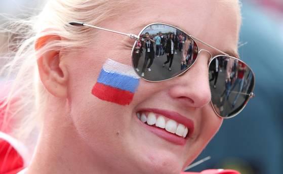 2018 러시아 월드컵 개막일인 14일(현지시간) 러시아 모스크바 루즈니키 스타디움 앞에서 축구팬들이 포즈를 취하고 있다. [연합뉴스]