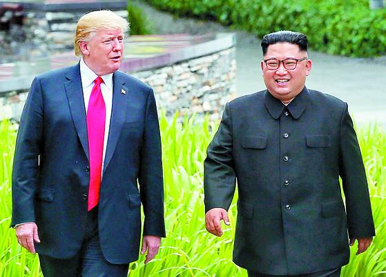 도널드 트럼프 미국 대통령과 김정은 북한 국무위원장이 12일 카펠라 호텔에서 산책하고 있다. [사진 싱가포르 정보통신부]