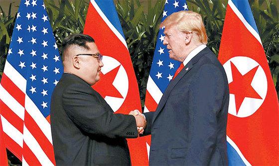 지난 12일 싱가포르 센토사 섬 카펠라 호텔에서 열린 사상 첫 북·미 정상회담을 앞두고 도널드 트럼프 미국 대통령과 김정은 북한 국무위원장이 '세기의 악수'를 하고 있다. [사진 싱가포르 정보통신부]