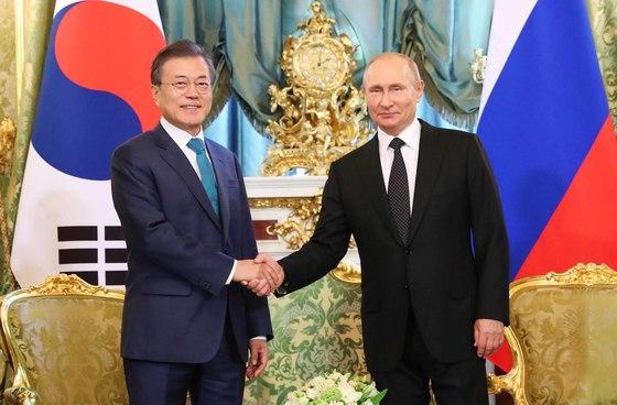 러시아를 국빈 방문 중인 문재인 대통령이 22일(현지시간) 모스크바 크렘린궁에서 열린 공식 환영식에서 블라디미르 푸틴 러시아 대통령과 만나 악수했다. 두 정상은 세 번째 만남이다. [연합뉴스]