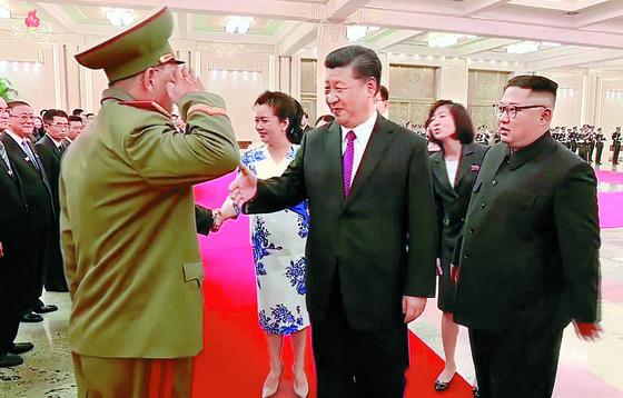 북한 조선중앙TV는 21일 김정은 국무위원장의 세 번째 중국 방문을 담은 기록영화를 공개했다. 시진핑 주석에게 거수경례하는 사람은 노광철 북한 인민무력상. [연합뉴스]