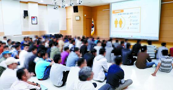 내전을 피해 최근 제주도에 입국한 예멘인들이 제주출입국외국인청에서 18일 한국 생활과 법에 대해 교육을 받고 있다. [제주=연합뉴스]