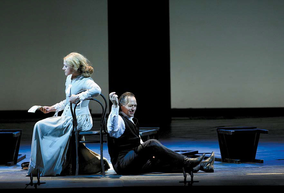 프로코피예프의 오페라 '도박꾼'의 한 장면. 도스토옙스키의 동명 소설을 무대로 옮겼다.