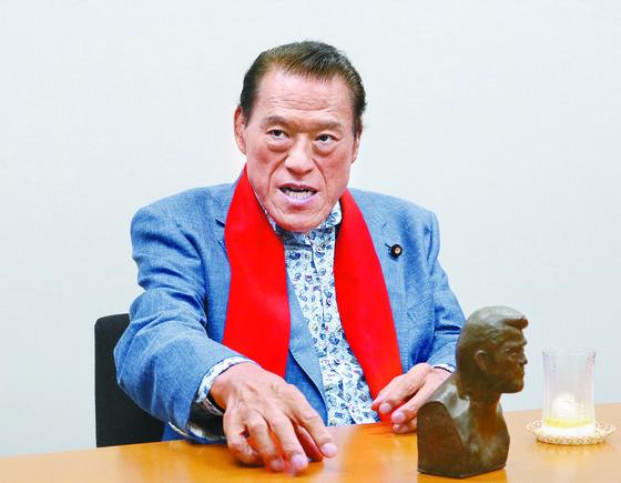 지난 11일 일본 도쿄에 있는 참의원 의원회관에서 안토니오 이노키 의원이 중앙 SUNDAY와 인터뷰를 하고 있다. [정영재 기자]
