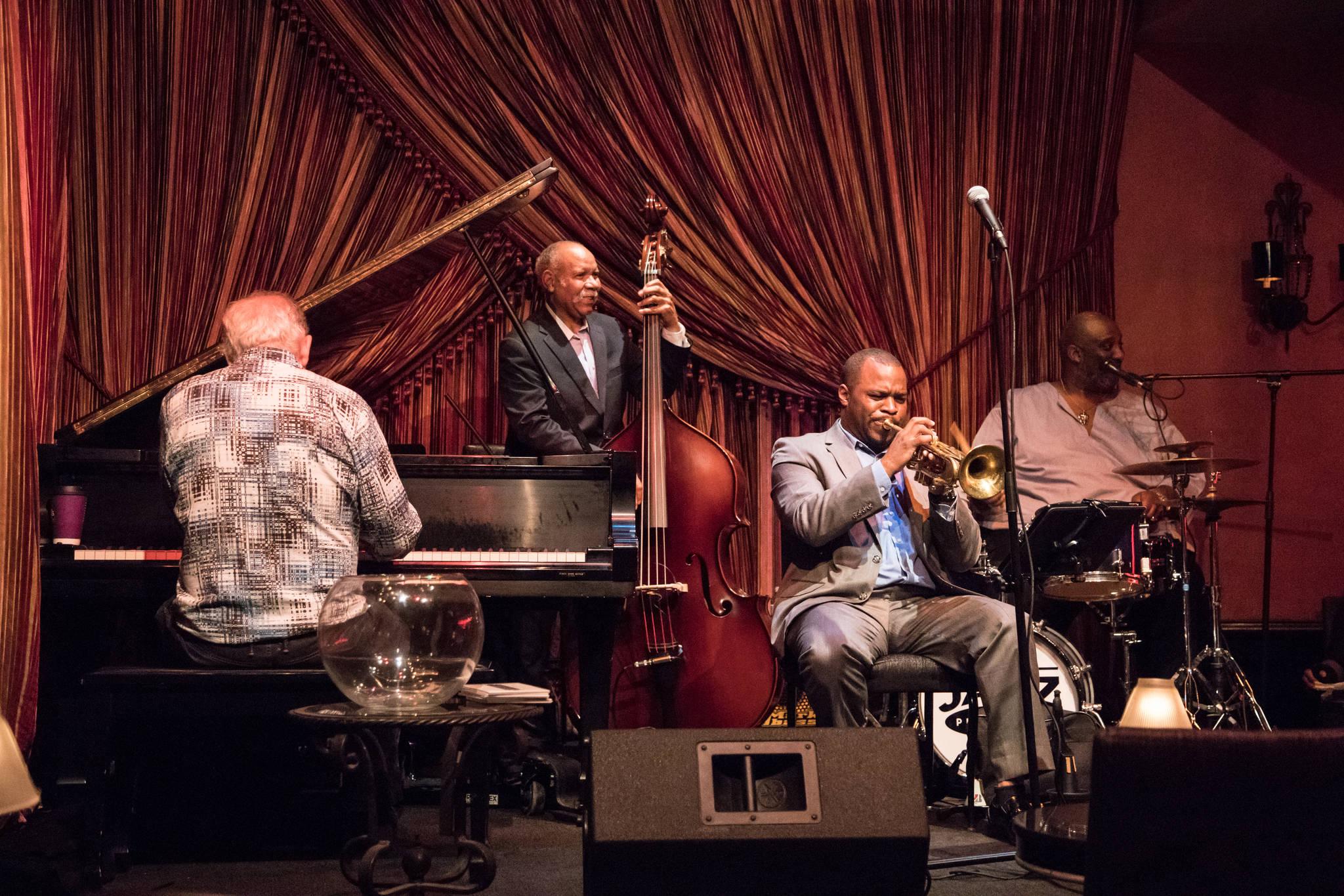 뉴올리언스의 대표적인 재즈 클럽 '재즈 플레이 하우스'에서 공연 중인 108년 역사의 '오리지널 턱시도 밴드'. 루이 암스트롱도 몸담았던 밴드다. 최승표 기자