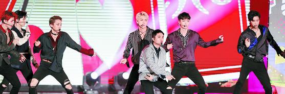 지난 8일 한류 콘서트 '코리안 뮤직 웨이브'에서 EXO가 열창하고 있다. 이들의 공연 영상은 인도네시아·태국·베트남 등 동남아시아뿐 아니라 미국에서도 인기를 끌고 있다. [중앙포토]