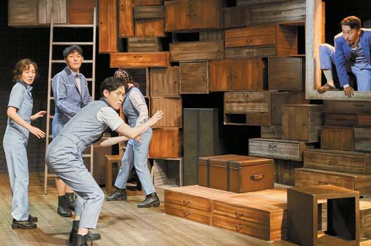 연극 '창문넘어 도망친 100세 노인' 중에서
