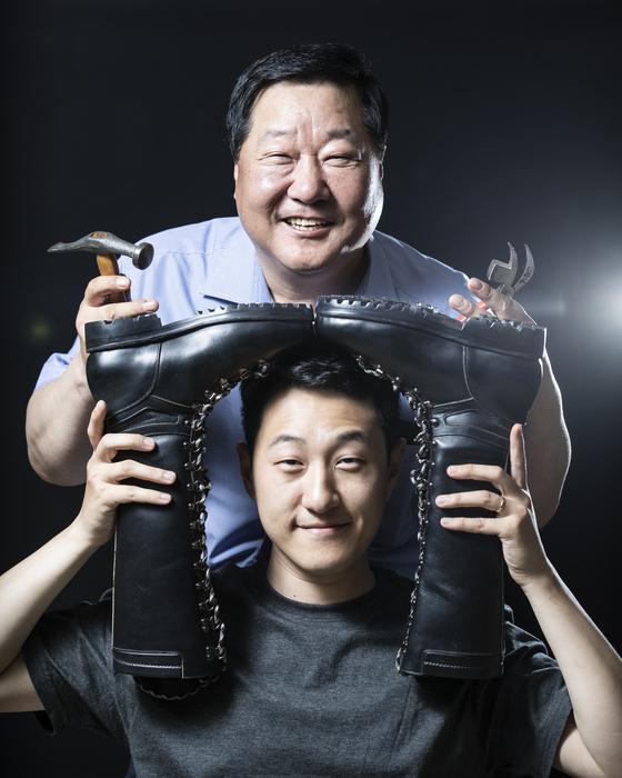 송림수제화는 한국 제화업계의 산증인이다. 사진은 100년 전통을 잇고 있는 임명형(사진 위)·승용 부자. [권혁재 사진전문기자]