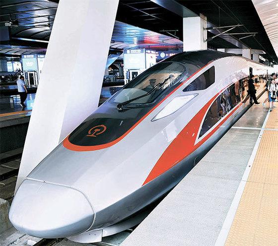 중국의 초고속 열차. 중국은 현재 상하이 푸동 공항과 시내를 잇는 31㎞ 구간을 8분에 주파하는 시속 430㎞의 초고속 자기부상열차를 운영 중이다. 2020년까지 최고 시속 600㎞의 자기부상열차를 개발해 세계 최고 수준의 철도 기술국으로 도약한다는 계획을 추진 중이다.