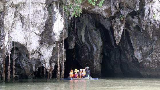 유네스코 세계자연유산에 등재된 팔라완 지하강. 보트를 타고 지하강이 흐르는 동굴 속을 탐험할 수 있다. 변선구 기자