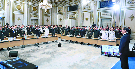 27일 청와대에서 열린 전군 주요지휘관회의에서 참석자들이 문재인 대통령에게 거수경례를 하고 있다. 참석자들은 이례적으로 '충성' 구호를 붙였다. [뉴스1]