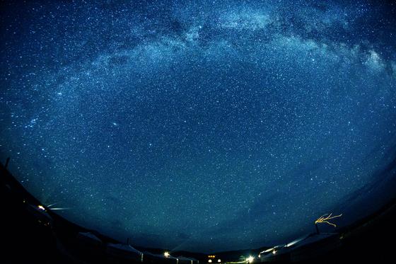 몽골의 지평선 위로 은하수가 드리워졌다. 몽골은 별 여행을 떠나기 좋은 여행지다. [사진 조용철]