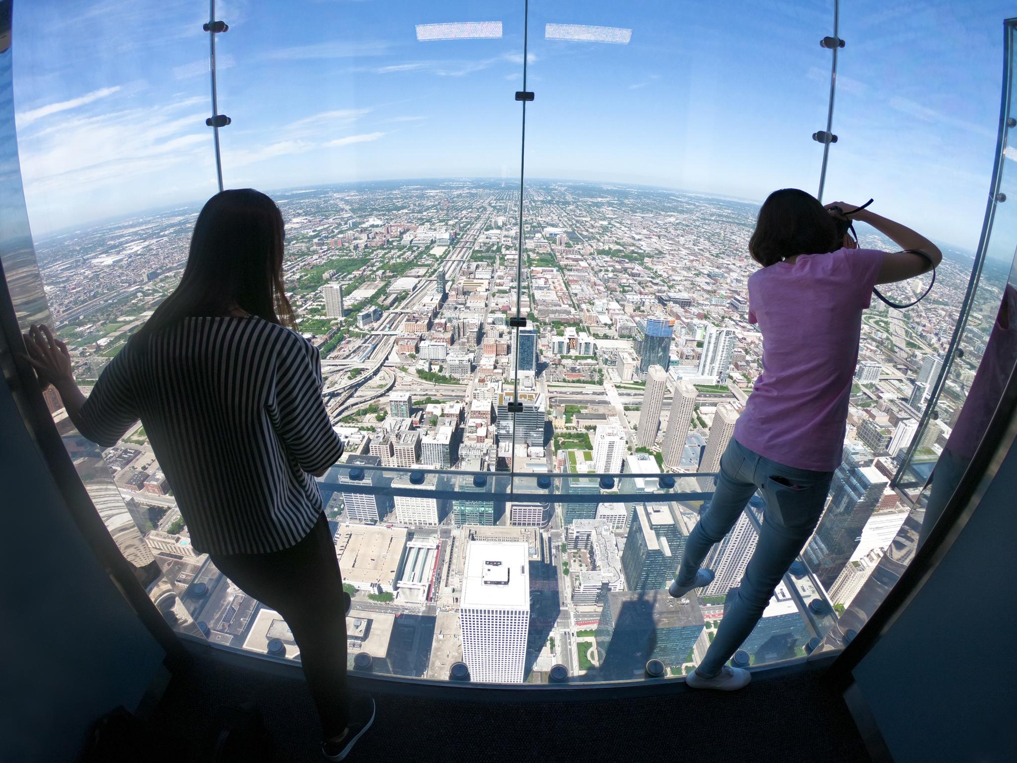 시카고는 뉴욕 못지않은 마천루의 도시다. 최고층 빌딩인 윌리스 타워 전망대 유리바닥에 서면 오금이 저릿저릿하다. 최승표 기자