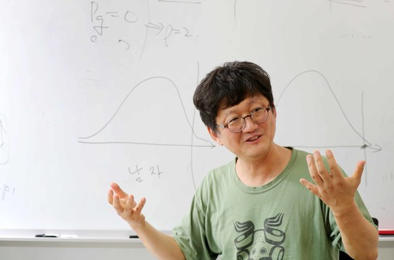 고등과학원(KIAS) 에서 김민형 교수를 인터뷰했다. 김 교수는 영시를 외우고 쇼팽의 악보에서 수학적 아름다움을 말한다. 김민형 교수는, 수학·과학보다는 인문학 취향에 가까운 일반인들이 쉽게 다가갈 수 있는 방식으로 수학을 설명한다. [김상선 기자]