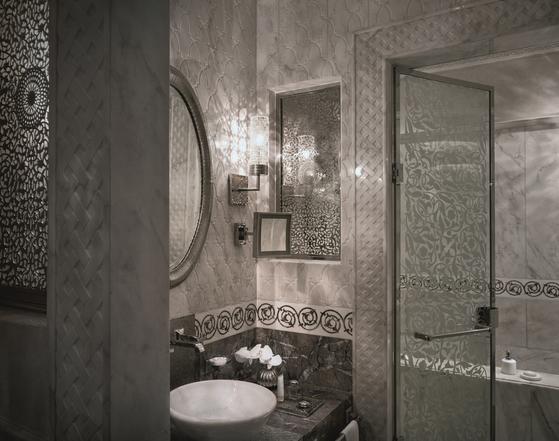 슈페리어 리아드의 메인 욕실. 욕실을 은 세공으로 장식했다. [사진 the leading hotels of the world]