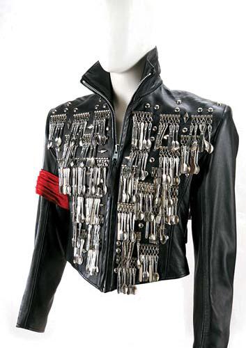 '마이클 잭슨의 디너 재킷(dinner jacket)' by Michael Lee Bush Date unknown, Courtesy of John Branca. Image ⓒ Julien's Auctions / Summer Evans