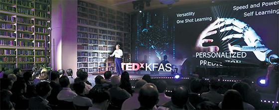 지난 9일 서울 역삼동 한국고등교육재단 컨퍼런스홀에서 열린 TED-KFAS에서 천명우 예일대 교수가 '인간두뇌 vs AI'를 주제로 발표하고 있다. [김경빈 기자]