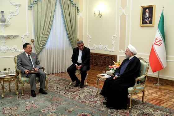 이란 테헤란을 방문 중인 이용호 북한 외무상이 8일 하산 로하니 이란 대통령을 만나고 있다. [EPA=연합뉴스]