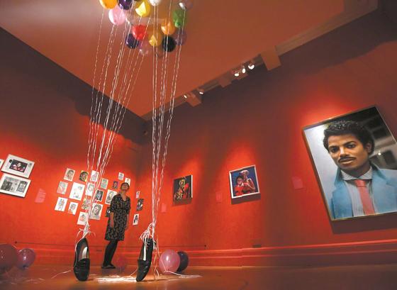 런던 국립초상화미술관 전시장에 설치된 작가 P.Y.T의 'Appau Junior Boakye-Yiadom'(2009). 라텍스 풍선과 리본, 페니 로퍼 슈즈로 마이클 잭슨을 형상화했다. [EPA=연합뉴스]