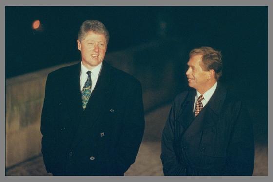 체코 민주화를 이끈 바츨라프 하벨 체코 초대 대통령(오른쪽)이 빌 클린턴 미국 대통령과 교류한 매개는 '맥주'였다. 1994년 체코 프라하에서 카렐교를 걷고 있는 두 정상. [중앙포토]