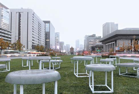 김치 버무릴 때 쓰는 고무 대야에 시멘트를 넣어 굳혀 만든 의자 '새 로운 형태의 김치 프로젝트'