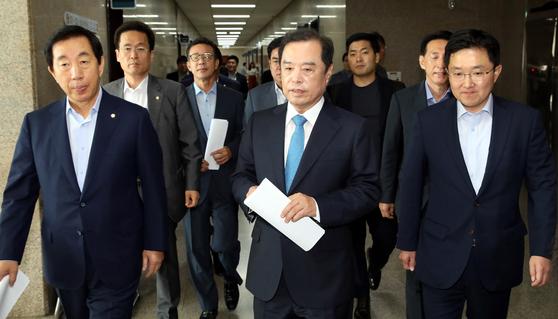 16일 오전 국회에서 열린 자유한국당 비상대책위 회의에 김병준 비대위원장(오른쪽)과 김성태 원내대표(왼쪽) 등이 회의에 참석하고 있다. [뉴시스]