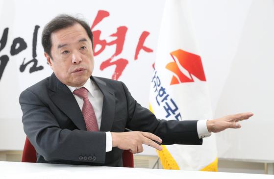 """김병준 자유한국당 비상대책위원장이 17일 중앙SUNDAY와의 인터뷰에서 국가주의 논쟁을 제기한 데 대해 '한국당이 새로운 기치로 탈국가주의란 화두를 잡아서""""라고 설명했다. [임현동 기자]"""