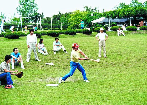 한국고등교육재단 장학생들과 소프트볼을 즐기는 최종현 회장. [사진 SK]