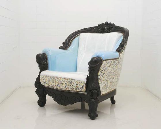 기존 소파의 표피를 벗기고 대신 투명한 PVC를 씌워 안의 스펀지를 드러낸 '네이키드 체어(Naked Chair)'.