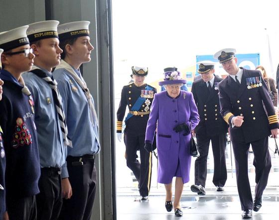 영국의 엘리자베스 2세 여왕이 지난 2017년 12월 '퀸 엘리자베스' 항공모함 취역식에 참석한 모습