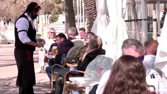 지난 22일 관광객들이 스페인 마요르카 해변의 식당에서 맥주를 마시고 있다. 〈사진=로이터〉