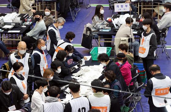 4·7 재보궐 선거 투표일인 7일 오후 서울 종로구 경기상고에 마련된 개표소에서 관계자들이 개표를 하고 있다. 〈사진=연합뉴스〉