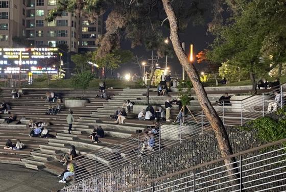 지난 24일 밤 10시 40분쯤 서울 신도림역 앞 광장에 사람들이 모여있다. 〈사진=직접 촬영〉
