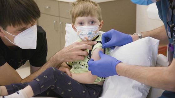3살 앤델이 화이자 백신 접종을 하고 있다. 앤델은 21일 후에 2차 접종을 해야 한다. 〈사진=ABC뉴스〉