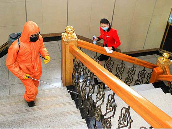 실내 소독 작업을 하고 있는 북한 주민들. 〈출처=노동신문〉