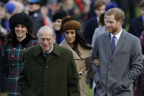 2017년 12월 25일 성탄절을 맞아 케이트 왕세손비(왼쪽부터), 필립공, 해리 왕자, 메건 마클이 영국 샌드링엄 막달라 마리아 교회로 이동하고 있다. 〈사진=AP 연합뉴스〉