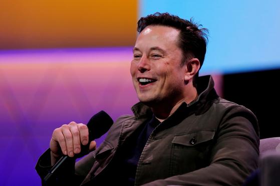 2019년 6월 미국 캘리포니아 주 로스앤젤레스에서 열린 E3 게이밍 컨벤션에서 일론 머스크 테슬라 최고경영자(CEO)가 토드 하워드 게임 개발자와의 대화에서 웃고 있다. 〈사진=로이터 연합뉴스〉